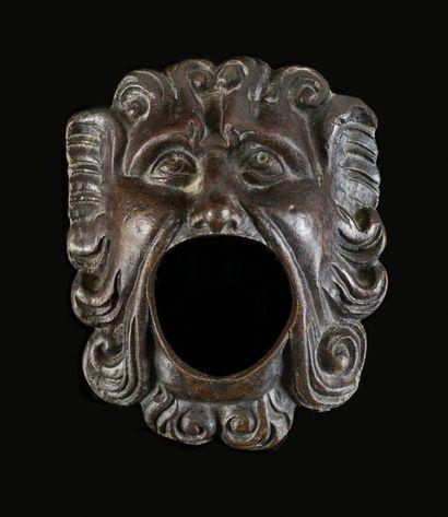 Masque de fontaine en bronze patiné figurant...