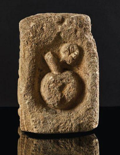 Pierre calcaire sculptée sur trois faces en bas-relief. Sur la grande face, buste...