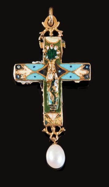 Croix pendentif en or émaillé et ciselé,...