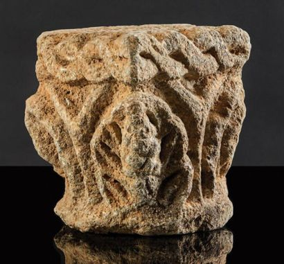 CHAPITEAU en pierre calcaire sculptée sur...