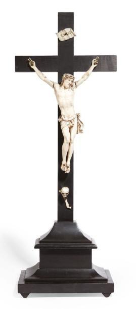 CHRIST D'AUTEL en ivoire. XIXe siècle. Christ:...