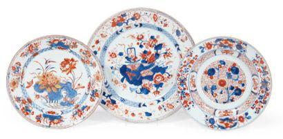 DEUX ASSIETTES ET UN PLAT en porcelaine Imari...