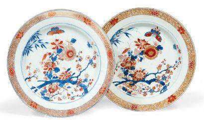PAIRE DE PLATS en porcelaine Imari à décor...