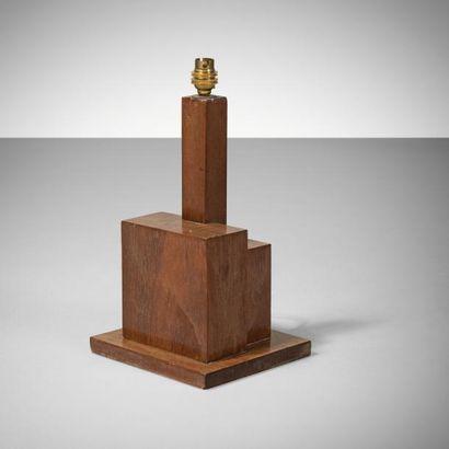 TRAVAIL MODERNISTE Pied de lampe Noyer Vers 1930 H_38 cm A French Modernist lamp...
