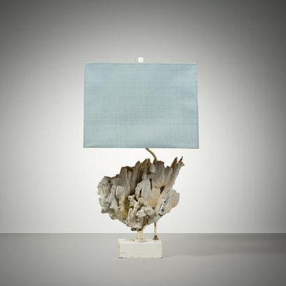 TRAVAIL FRANÇAIS Lampe de table au corail Metal laque blanc, corail et tissu bleu...