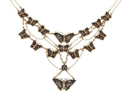 Collier draperie en métal, orné de papillons...