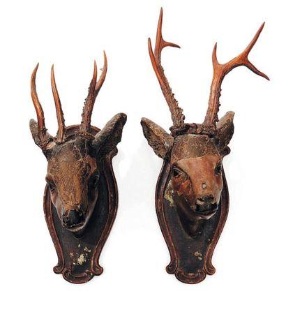 Deux têtes de chevreuils en bois sculpté. Fin XVIIIe, début XIXe siècle. H_53 cm...