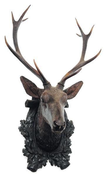 Tête de cerf en bois ornée de bois véritables....