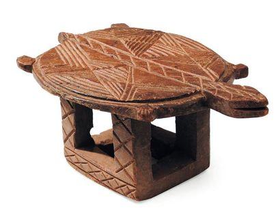 Siège en forme de tortue à décor géométrique....