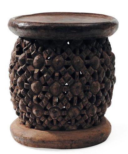 Siège traditionnel à décor ajouré. Bamileke,...