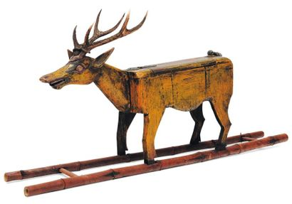 Etrange cerf en bois sculpté orné d'un véritable...