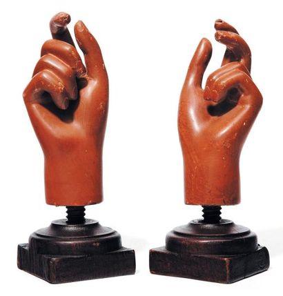 Paire de mains sur leurs socles. H_22,5 ...