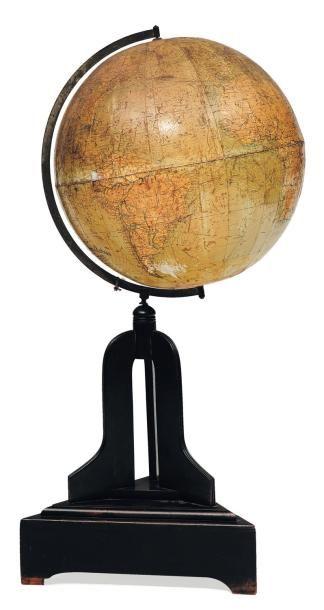 Ancienne mappe monde et son socle.