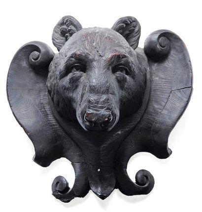 Trophé d'ours en bois sculpté.