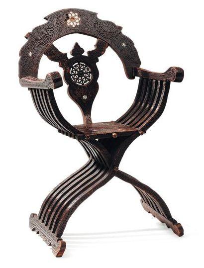 Fauteuil pliable de Caïd, en bois sculpté....