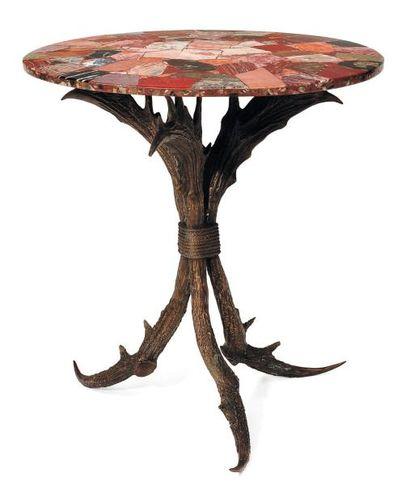 Table de cabinet de curiosités. Pied en bronze...