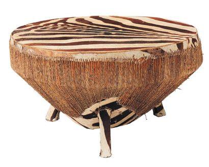 Grand tambour recouvert de peaux de zèbre....