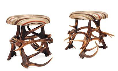 Paire de tabourets, pieds formés de bois...