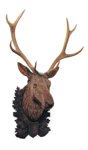 Tête de cerf en bois sculpté et ses bois...