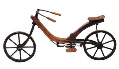 Ancien vélo d'enfant en bois et fer. H_70...