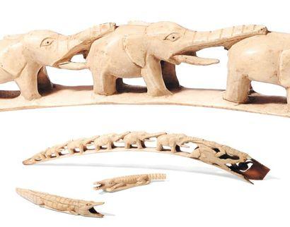 Lot d'objets en ivoire comprenant deux crocodiles...