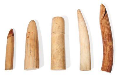 Lot de quatre cornes en ivoire et récipient...