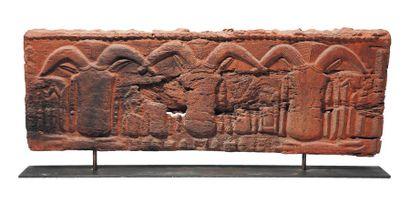 Bas relief en bois sculpté de trois têtes...