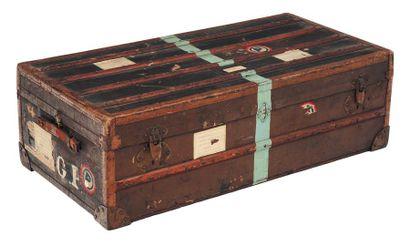 Malle de voyage en cuir et bois, et deux...