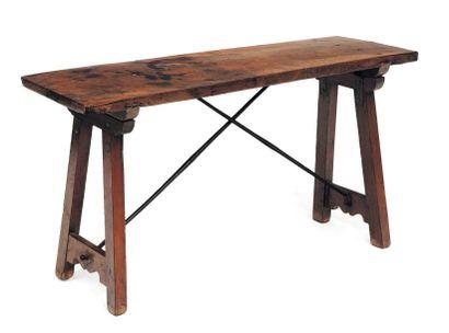 Table en bois à quatre pieds réunis par une...