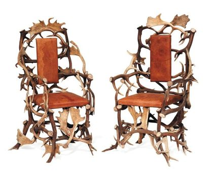 Paire de fauteuils en bois de cerf, les assises...