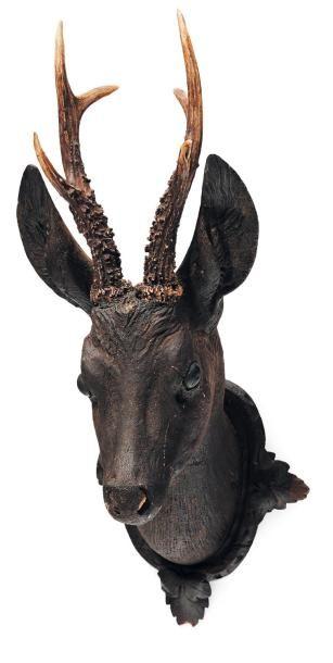 Tête de biche en bois sculpté ornée de cornes...