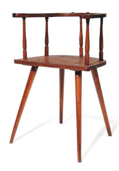 Petit fauteuil en bois à barreaux. H_80 cm...