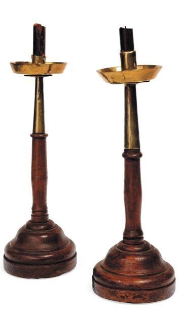 Deux bougeoirs en bois et cuivre. Ancien...