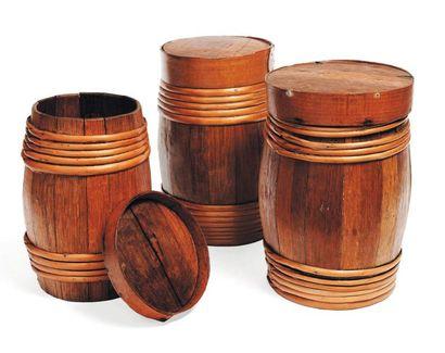 Lot de trois petits tonneaux en bois, et...