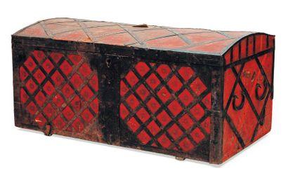 Ancien coffre en bois patiné rouge et croisillons...