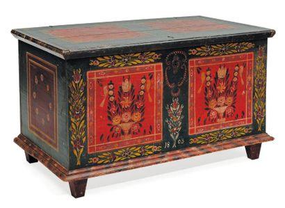 Grand coffre en bois peint de fleurs et de...