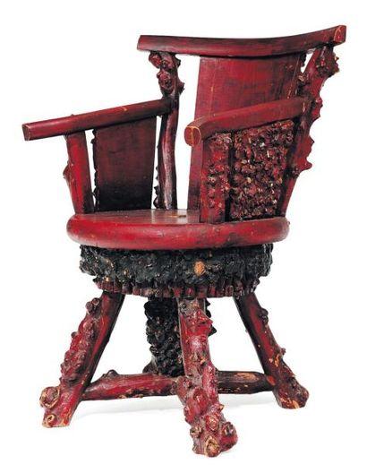 Amusant fauteuil en bois et racines teintés...