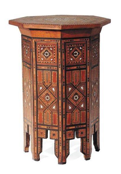Table tabouret en bois avec incrustations...