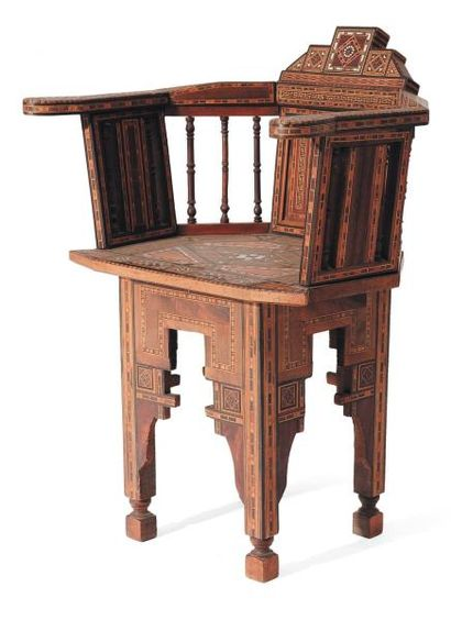 Chaise en bois avec incrustations d'écailles....