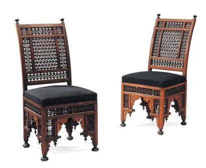 Paire de chaises en bois sculpté. Travail...
