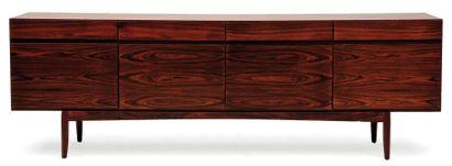 IB KOFOD-LARSEN (1921-2003) Enfilade. Palissandre. Ouvre à quatre tiroirs en partie...