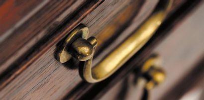 OLE WANSCHER (1903-1985) Bureau. Palissandre et laiton, ouvrant à quatre tiroirs....