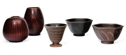 ROYAL COPENHAGEN (FONDÉ EN 1775) Ensemble de trois vases et deux bols de la gamme...
