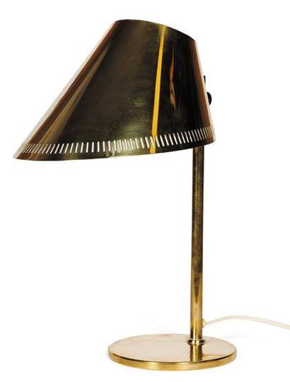 PAAVO TYNNEL (1890-1973) Lampe de table. Laiton doré. Editée par Taito Oy. 1943....