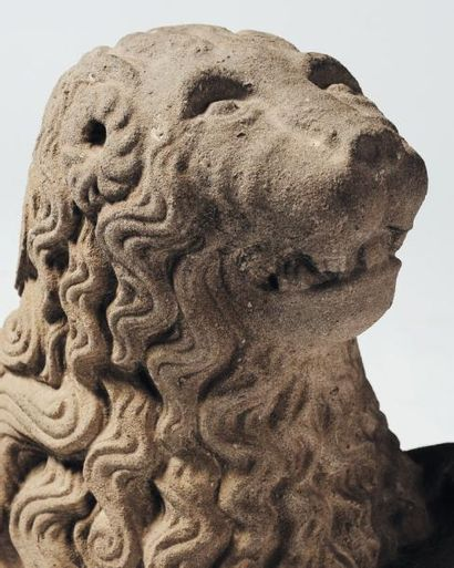 Lion sculpté en pierre bleue tenant un cartouche de sa patte antérieure gauche ;...