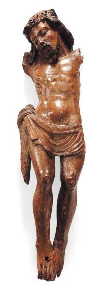 Christ en noyer sculpté avec restes de polychromie. Visage à l'expression apaisée...