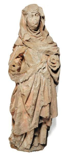 Vierge en pierre calcaire sculptée avec restes de polychromie. Visage encadré d'une...
