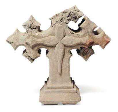 Croix en pierre calcaire sculptée Extrémités...