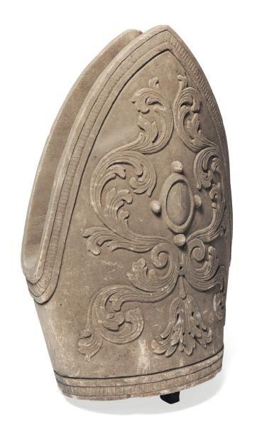 Mitre en pierre calcaire sculptée en ronde-bosse,...