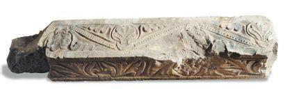 Fragment de colonne en pierre calcaire sculptée en bas-relief de motifs végétaux....